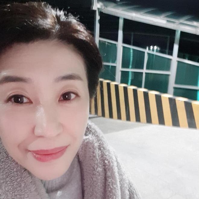 Mẹ 2 con Kim Tae Hee đẹp mỹ miều ở hậu trường, nhưng netizen lại không thể rời mắt khỏi diễn viên U60 The Heirs - Ảnh 3.