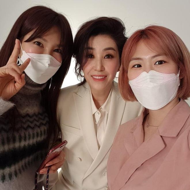 Mẹ 2 con Kim Tae Hee đẹp mỹ miều ở hậu trường, nhưng netizen lại không thể rời mắt khỏi diễn viên U60 The Heirs - Ảnh 6.