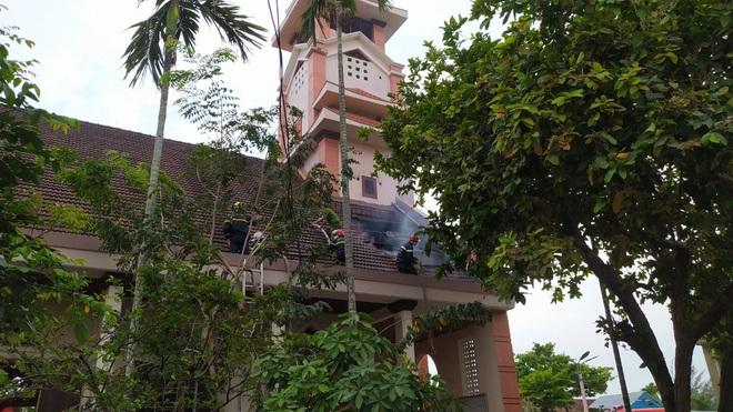 Đang sửa chữa, nhà thờ Cồn Dầu ở Đà Nẵng bất ngờ bốc cháy - Ảnh 6.