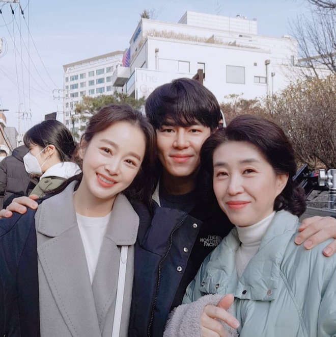 Mẹ 2 con Kim Tae Hee đẹp mỹ miều ở hậu trường, nhưng netizen lại không thể rời mắt khỏi diễn viên U60 The Heirs - Ảnh 2.