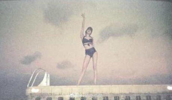 Tiết lộ ảnh chưa từng thấy của Lisa đúng ngày sinh nhật: Diện bikini cực hot, khoe vòng 1 lấp ló và đôi chân tuyệt mỹ - Ảnh 2.