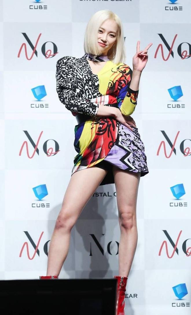 10 lần idol Hàn lên đồ khó cảm khiến netizen tự hỏi có stylist để chi - Ảnh 8.