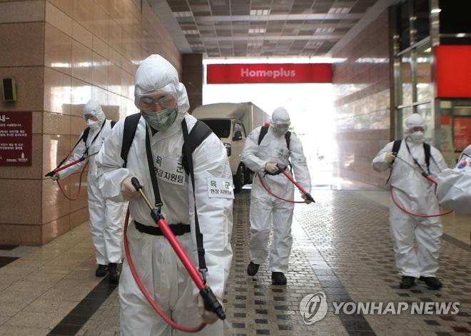 Hàn Quốc xác nhận gần 6300 trường hợp nhiễm virus corona, số ca nhiễm mới trong ngày cao gấp 3,6 lần Trung Quốc - Ảnh 1.