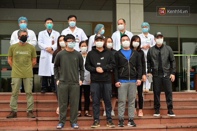 Ảnh: 11 bệnh nhân điều trị Covid-19 tại BV Nhiệt đới Trung ương khỏi bệnh, Việt Nam đã chữa trị khỏi 75 ca bệnh - Ảnh 1.