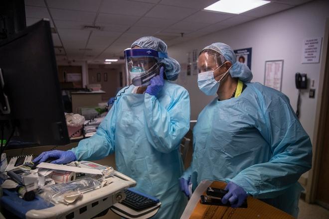 Bên trong phòng cấp cứu tại New York giữa đại dịch Covid-19: Mọi thứ chẳng khác gì thời chiến - Ảnh 7.