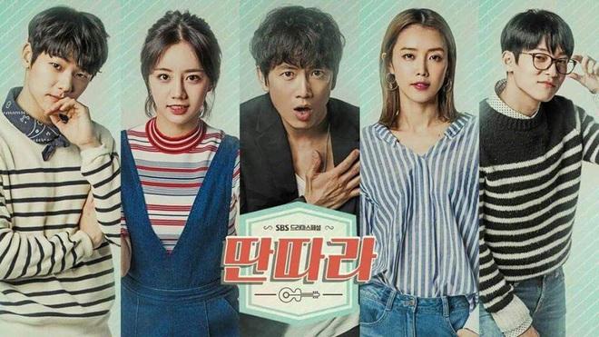 Xóm nghèo Reply 1988 thay đổi chóng vánh sau 5 năm: Choi Taek bị đồn phá hoại hạnh phúc gia đình Song Hye Kyo, nữ chính flop đi làm Youtuber - Ảnh 4.