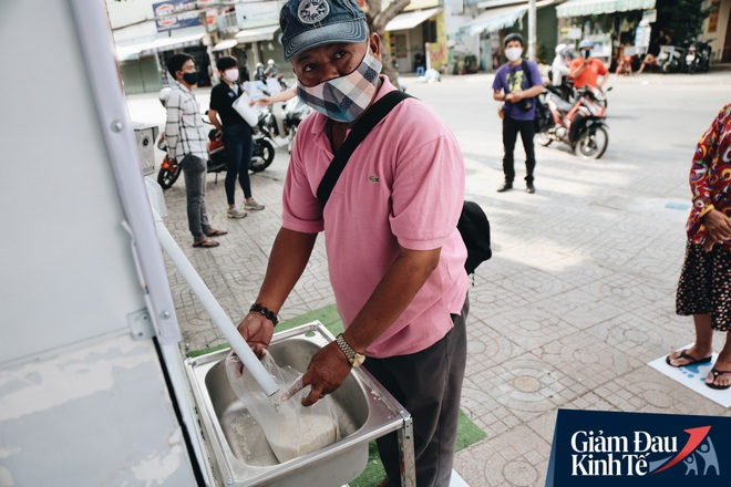 Máy ATM nhả ra gạo miễn phí cho người nghèo giữa thời dịch ở Sài Gòn, đảm bảo không một ai bị bỏ lại phía sau - Ảnh 16.