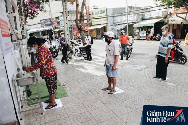 Máy ATM nhả ra gạo miễn phí cho người nghèo giữa thời dịch ở Sài Gòn, đảm bảo không một ai bị bỏ lại phía sau - Ảnh 2.