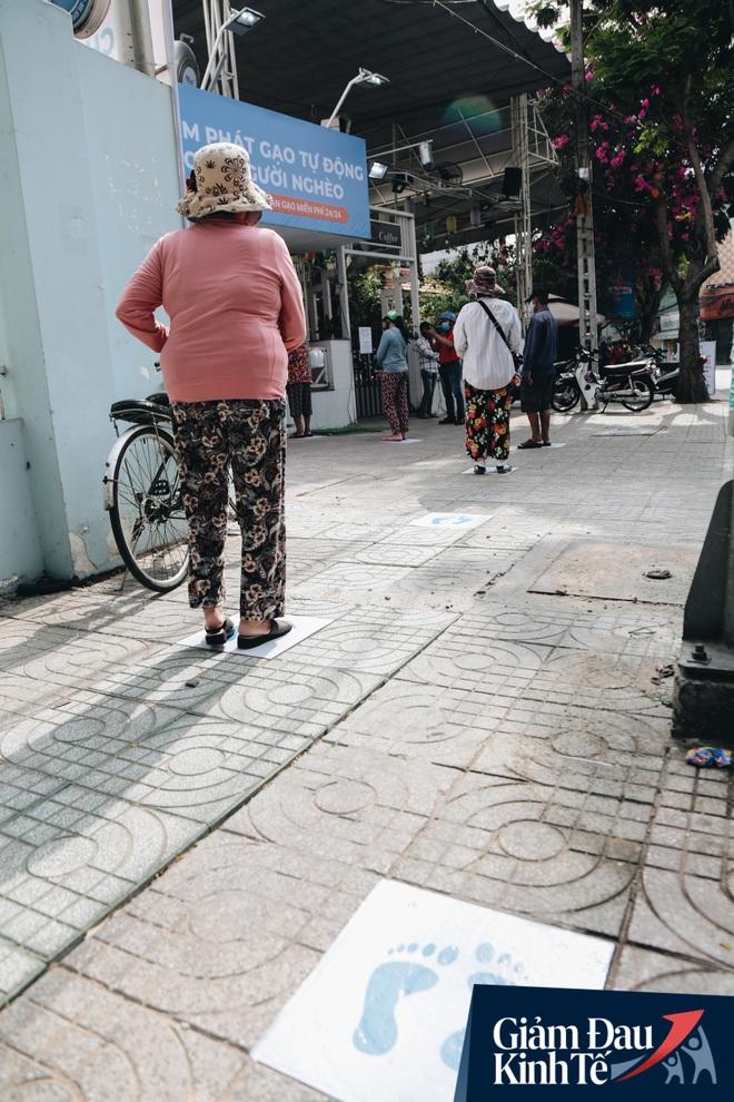 Máy ATM nhả ra gạo miễn phí cho người nghèo giữa thời dịch ở Sài Gòn, đảm bảo không một ai bị bỏ lại phía sau - Ảnh 4.