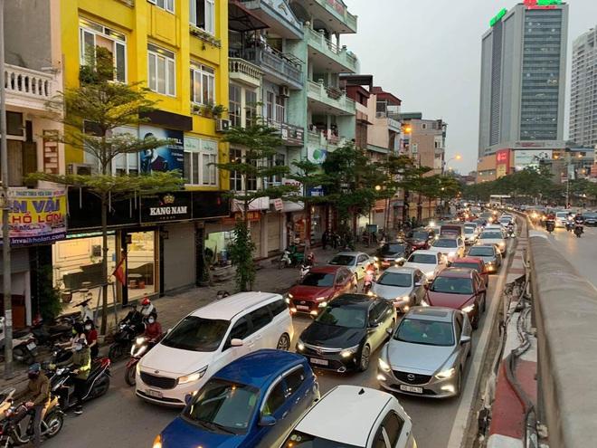 Tròn 1 tuần thực hiện giãn cách xã hội, đường phố Hà Nội bất ngờ đông đúc trở lại: Mọi người ơi xin đừng chủ quan! - Ảnh 2.