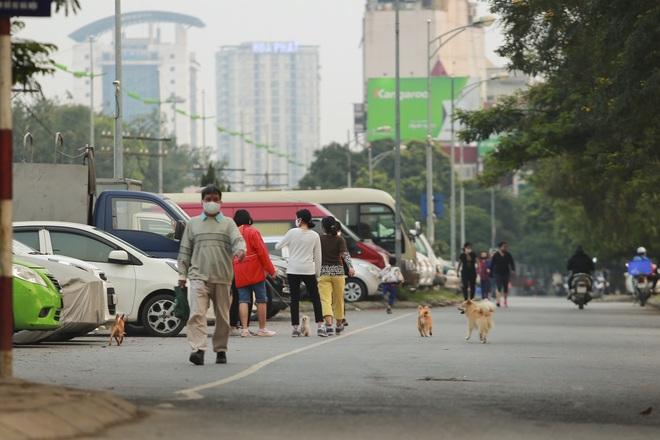 Tròn 1 tuần thực hiện giãn cách xã hội, đường phố Hà Nội bất ngờ đông đúc trở lại: Mọi người ơi xin đừng chủ quan! - Ảnh 4.