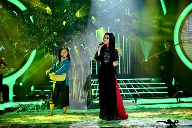 Trước MV về Nam Phương Hoàng Hậu, Hòa Minzy từng gây bất ngờ với loạt sân khấu đậm chất dân tộc tại Gương mặt thân quen - Ảnh 5.