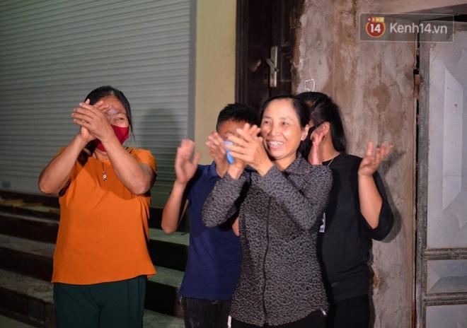 Ảnh, clip: Người dân thôn Đông Cứu phấn khởi trong đêm dỡ cách ly, Hà Nội không còn ổ dịch Covid-19 - Ảnh 3.