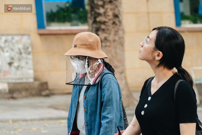 Lực lượng chức năng tăng cường nhắc nhở người dân không được đạp xe ở phố đi bộ sau vụ việc cụ bà bị thiếu niên tông nguy kịch - Ảnh 3.