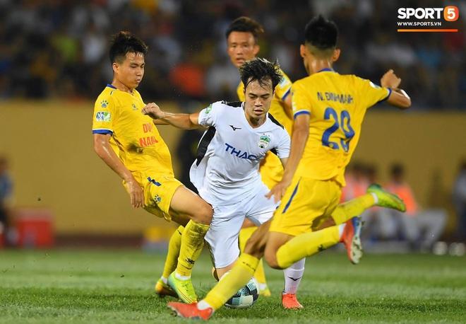 Cầu thủ HAGL ức chế, bóp cổ đối phương trong trận thua Nam Định - Ảnh 1.