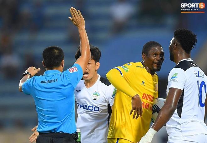 Cầu thủ HAGL ức chế, bóp cổ đối phương trong trận thua Nam Định - Ảnh 2.