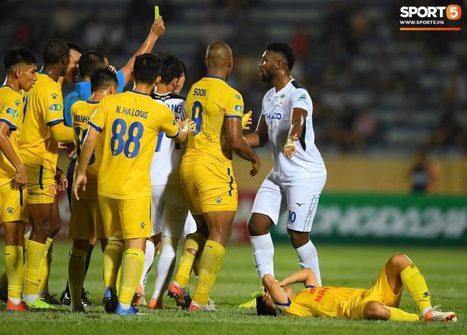 Cầu thủ HAGL ức chế, bóp cổ đối phương trong trận thua Nam Định - Ảnh 4.