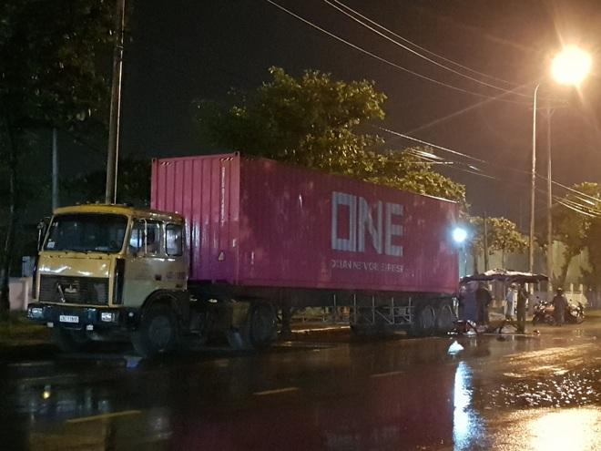 Tông vào đuôi container, nam bảo vệ chết thảm trên đường đi làm giữa đêm mưa - Ảnh 2.