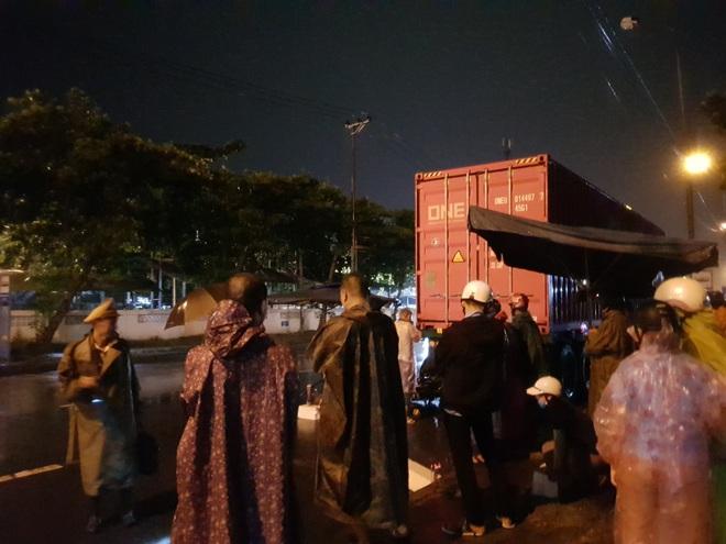 Tông vào đuôi container, nam bảo vệ chết thảm trên đường đi làm giữa đêm mưa - Ảnh 3.