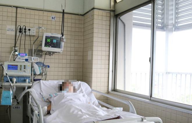 Vụ cháy nhà 3 tầng khiến người chồng tử vong ở Sài Gòn: Người vợ bị suy hô hấp, không tự thở được phải nhờ đến máy - Ảnh 1.