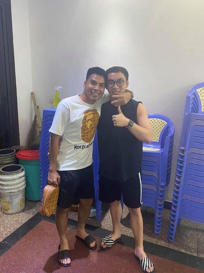 ProE check-in cùng 2 fan cứng của tuyển U23 Việt Nam, ngay lập tức đã bị hoàng tử Đức Huy bắt lỗi cực gắt - Ảnh 3.
