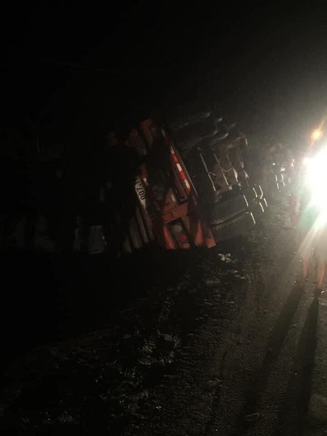 Quảng Ninh: Tai nạn kinh hoàng, xe container đè xe 16 chỗ bẹp dúm, ít nhất 2 người tử vong - Ảnh 3.