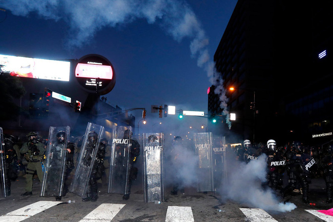 Toàn cảnh nước Mỹ bước vào đêm thứ 8 không ngủ: Làn sóng biểu tình tiếp tục đòi công bằng cho George Floyd và kêu gọi người da đen đáng được sống - Ảnh 28.
