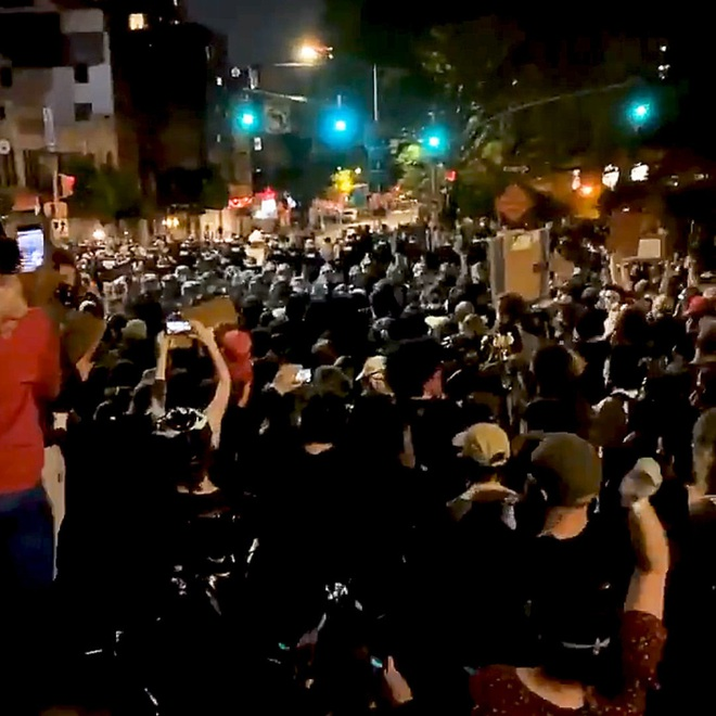 Toàn cảnh nước Mỹ bước vào đêm thứ 8 không ngủ: Làn sóng biểu tình tiếp tục đòi công bằng cho George Floyd và kêu gọi người da đen đáng được sống - Ảnh 13.
