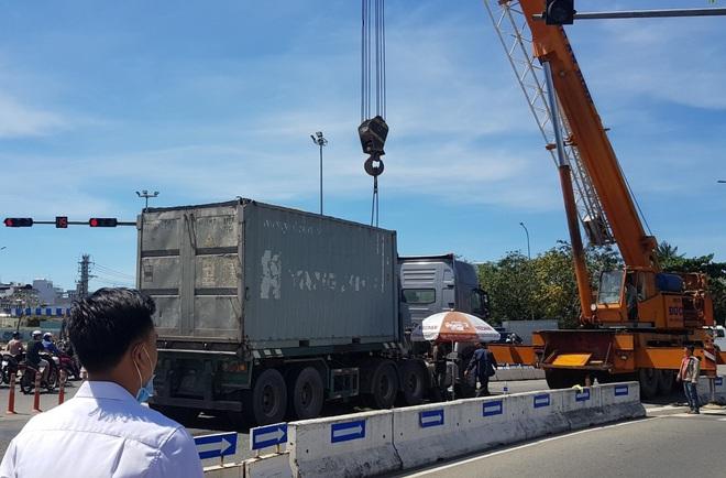 Vụ container tông chết bé trai 6 tuổi, mẹ nguy kịch ở Đà Nẵng: Tạm giữ hình sự tài xế chuyển làn ẩu, không bật đèn xi-nhan - Ảnh 3.