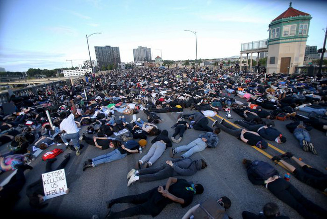 Toàn cảnh nước Mỹ bước vào đêm thứ 8 không ngủ: Làn sóng biểu tình tiếp tục đòi công bằng cho George Floyd và kêu gọi người da đen đáng được sống - Ảnh 25.