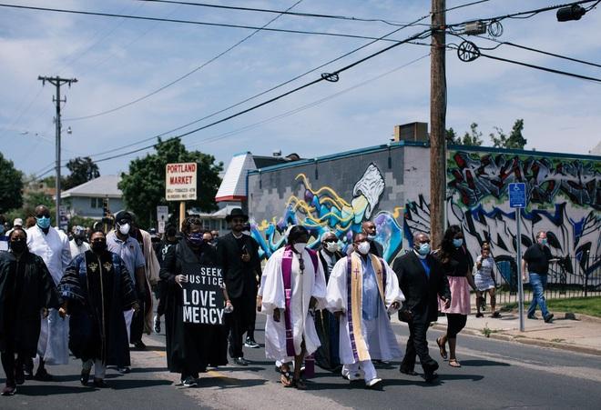 Toàn cảnh nước Mỹ bước vào đêm thứ 8 không ngủ: Làn sóng biểu tình tiếp tục đòi công bằng cho George Floyd và kêu gọi người da đen đáng được sống - Ảnh 2.