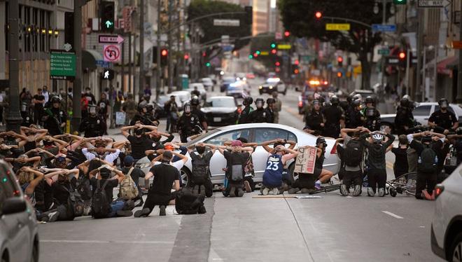 Toàn cảnh nước Mỹ bước vào đêm thứ 8 không ngủ: Làn sóng biểu tình tiếp tục đòi công bằng cho George Floyd và kêu gọi người da đen đáng được sống - Ảnh 23.