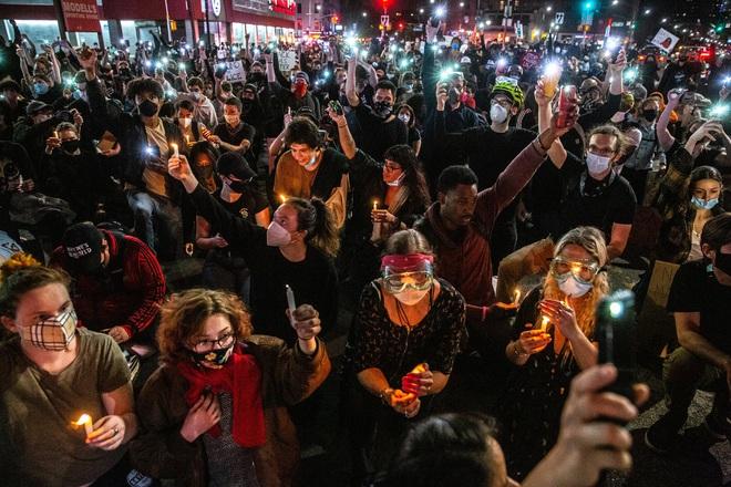 Toàn cảnh nước Mỹ bước vào đêm thứ 8 không ngủ: Làn sóng biểu tình tiếp tục đòi công bằng cho George Floyd và kêu gọi người da đen đáng được sống - Ảnh 22.