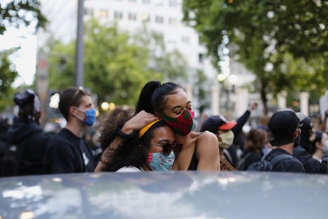 Toàn cảnh nước Mỹ bước vào đêm thứ 8 không ngủ: Làn sóng biểu tình tiếp tục đòi công bằng cho George Floyd và kêu gọi người da đen đáng được sống - Ảnh 24.