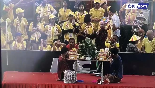 CĐV Nam Định chuẩn bị tiết mục độc, lạ ở V.League: Hát hầu đồng cầu may cho đội bóng - Ảnh 2.