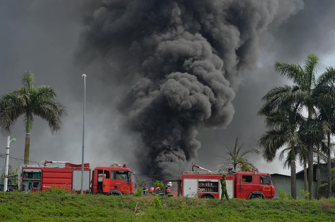 Hà Nội: Cháy dữ dội tại kho hóa chất ở Long Biên, thùng phuy phát nổ bay cao hàng chục mét - Ảnh 4.
