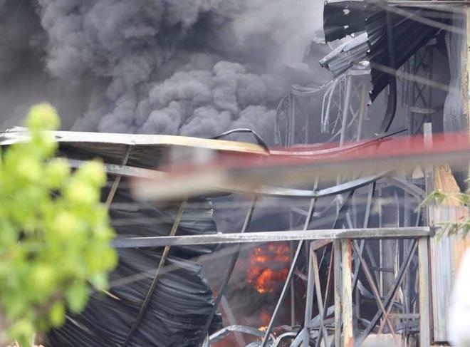 Hà Nội: Cháy dữ dội tại kho hóa chất ở Long Biên, thùng phuy phát nổ bay cao hàng chục mét - Ảnh 13.