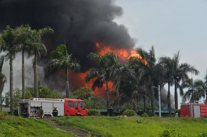 Hà Nội: Cháy dữ dội tại kho hóa chất ở Long Biên, thùng phuy phát nổ bay cao hàng chục mét - Ảnh 2.