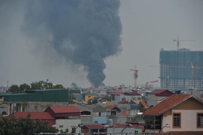 Hà Nội: Cháy dữ dội tại kho hóa chất ở Long Biên, thùng phuy phát nổ bay cao hàng chục mét - Ảnh 3.