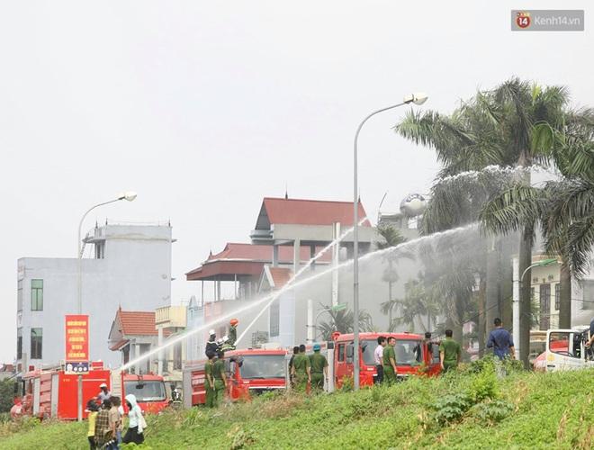 Hà Nội: Cháy dữ dội tại kho hóa chất ở Long Biên, thùng phuy phát nổ bay cao hàng chục mét - Ảnh 18.