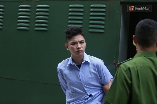 Hoãn phiên xử vụ nam sinh chạy Grab bị sát hại ở Hà Nội, mẹ và chị gái nạn nhân thất thần ra về - Ảnh 4.