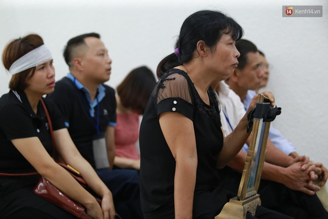 Hoãn phiên xử vụ nam sinh chạy Grab bị sát hại ở Hà Nội, mẹ và chị gái nạn nhân thất thần ra về - Ảnh 9.