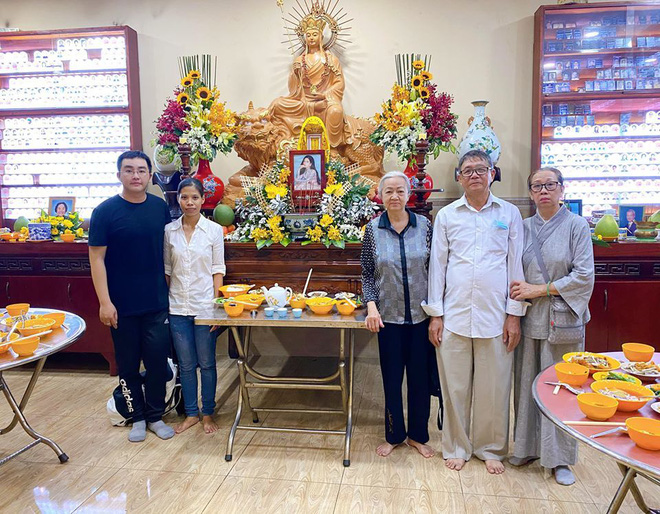 Bố mẹ Phùng Ngọc Huy thay mặt con trai làm lễ cúng 100 ngày cho Mai Phương, xuất hiện bên bảo mẫu bé Lavie - Ảnh 2.