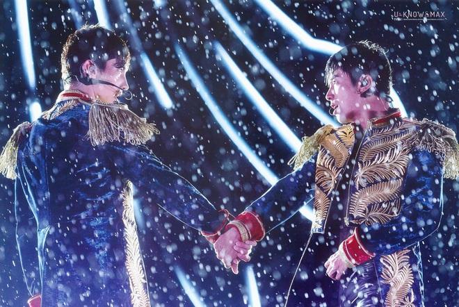 Khi idol Kpop biểu diễn dưới mưa: Người có sân khấu huyền thoại, kẻ thu về một đống meme hài hước được fan tích cực nhai đi nhai lại - Ảnh 1.