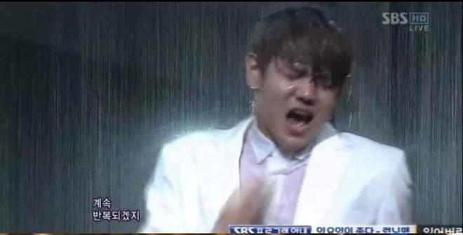 Khi idol Kpop biểu diễn dưới mưa: Người có sân khấu huyền thoại, kẻ thu về một đống meme hài hước được fan tích cực nhai đi nhai lại - Ảnh 14.