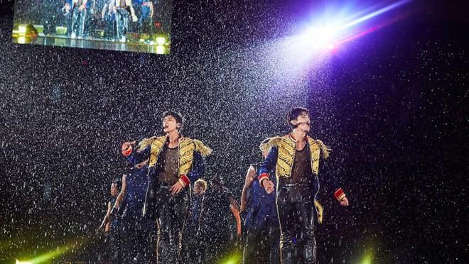Khi idol Kpop biểu diễn dưới mưa: Người có sân khấu huyền thoại, kẻ thu về một đống meme hài hước được fan tích cực nhai đi nhai lại - Ảnh 4.