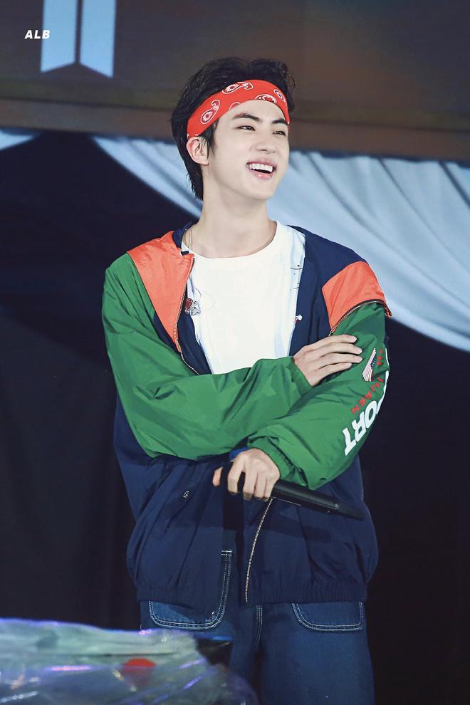 Nhan sắc của người được SM tuyển hụt trên phố Jin (BTS) và người được chọn trên đường Sehun (EXO): Toàn mỹ nam cực phẩm, khí chất như tổng tài - Ảnh 1.