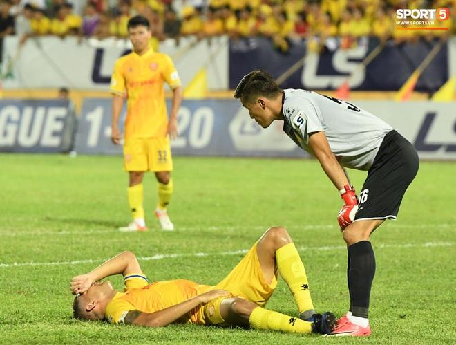 Đội trưởng Quảng Nam phát cáu vì đối thủ tự nhiên nằm sân, còn đội ngũ y tế thì quá chậm chạm - Ảnh 6.