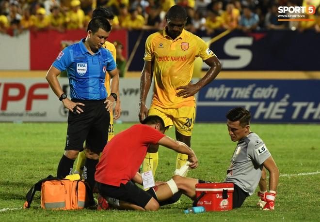 Đội trưởng Quảng Nam phát cáu vì đối thủ tự nhiên nằm sân, còn đội ngũ y tế thì quá chậm chạm - Ảnh 5.