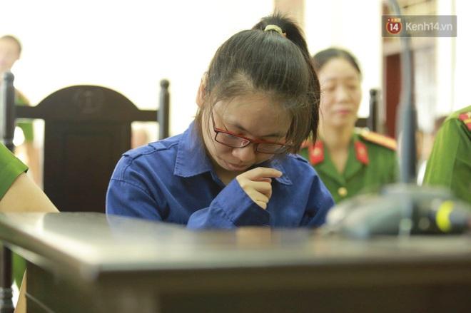 Bị cáo Trang cúi đầu khi bị áp giải vào trong phòng xét xử.